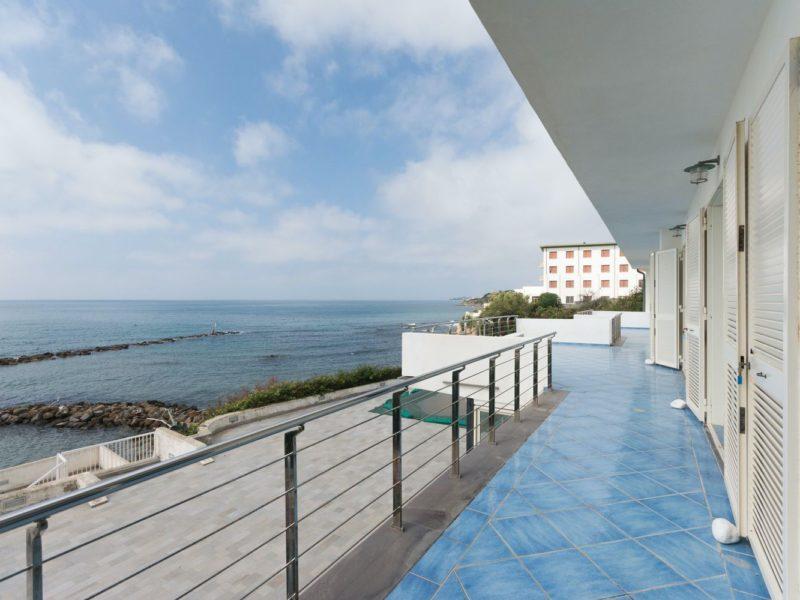Villa con piscina sul mare in Via Aurelia - Agenzia Immobiliare Bravi a Santa Marinella